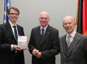 Buchuebergabe an den Bundestagspraesidenten